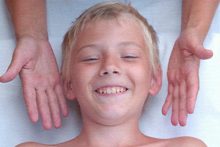 Довольный мальчик после логипедического массажа