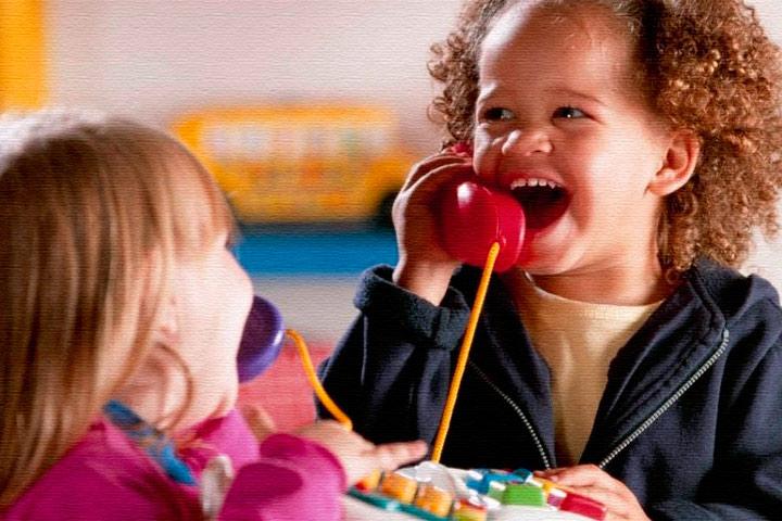 3-х летний ребенок говорит по телефону