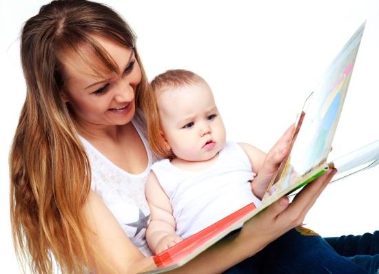 Мать читает ребенку книгу