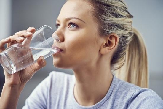 При выступлении рекомендуют поставить рядом стакан воды