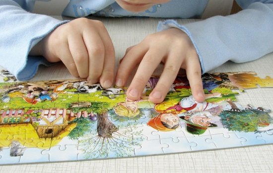 Собирание пазлов всесторонне влияет на развитие ребенка