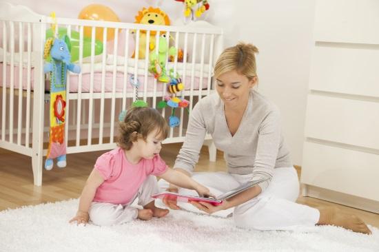 Мама показывает ребенку картинки