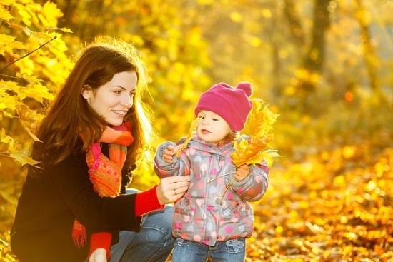 Мама с дочкой на прогулке