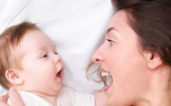 Когда и почему малыш учится говорить «агу»?
