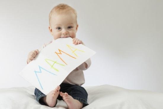 Первые слова дети начинают говорить в возрасте около года