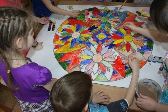 Дети на занятии арт-терапией