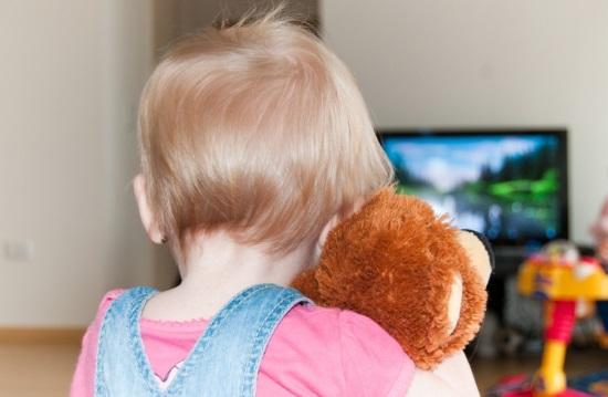 Ребенок смотрит мультфильм