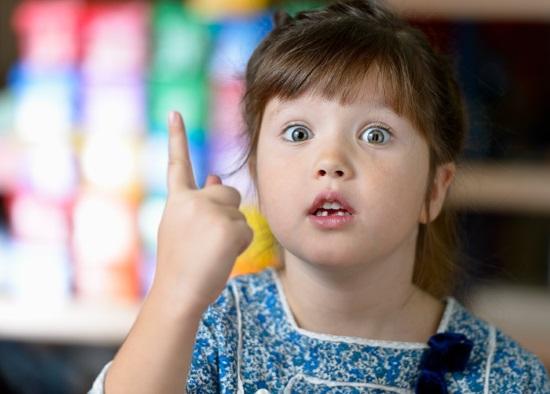 Ребенок пользуется жестами