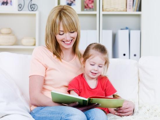 Мать читает с ребенком
