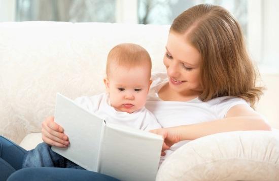 Мать читает грудничку детскую книжку