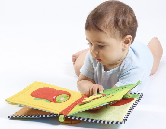 Малыш рассматривает сенсорную книжку