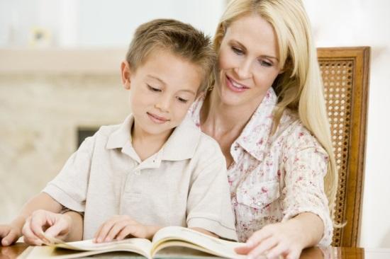 Мать и ребенок читают вместе