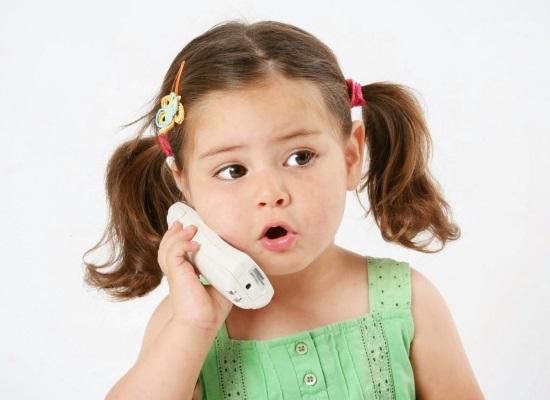 Девочка трех лет говорит по телефону
