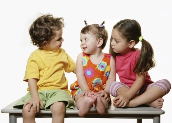 Малыши активно общаются со сверстниками