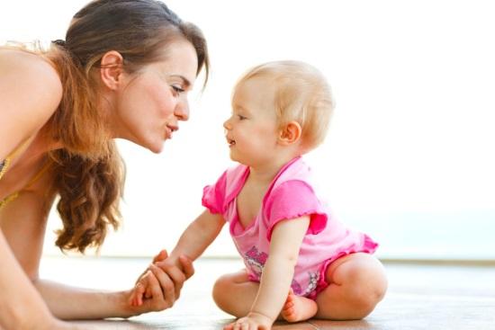 Мать общается с грудным ребенком