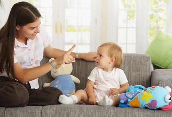 Мать разговаривает с маленькой дочкой