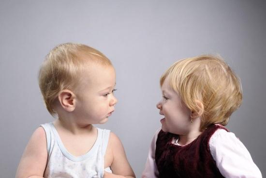 Два малыша разговаривают