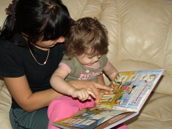 Мать читает малышу сказку