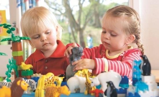 Дети играют с фигурками животных