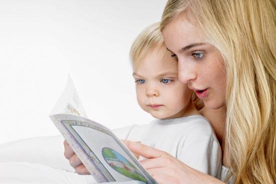 Мать читает малышу